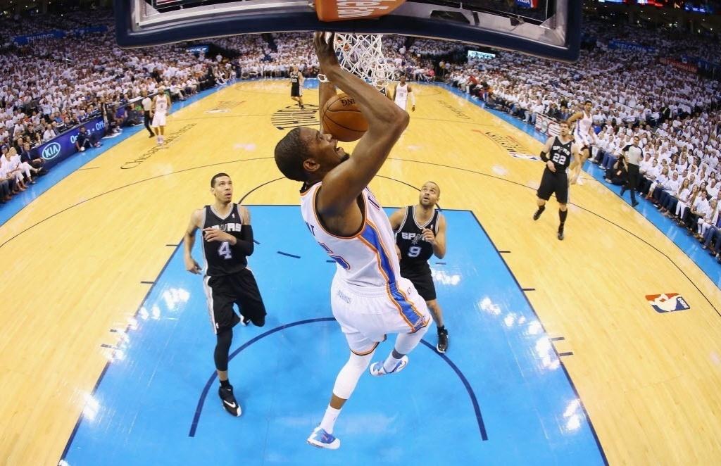 31.mai.2014 - Kevin Durant voa para enterrar em ponte aérea para o Thunder
