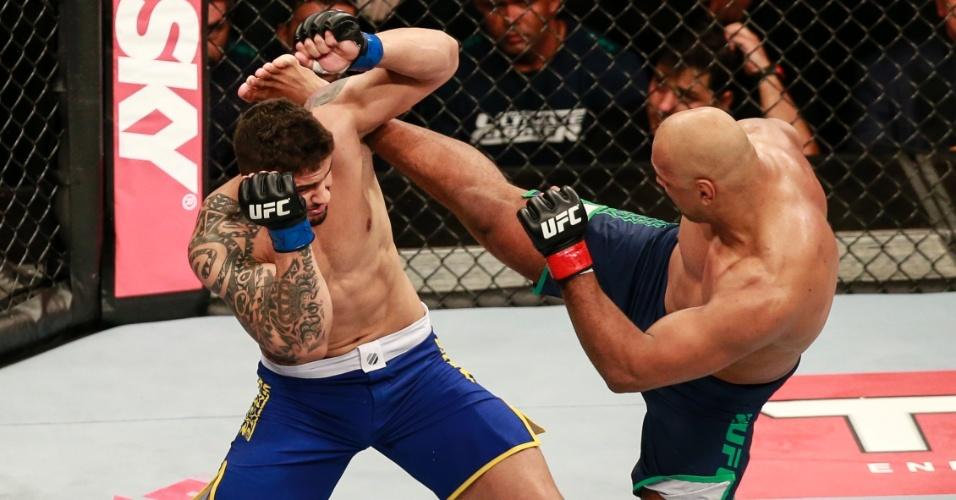 31.mai.2014 - Marcos Rogério Pezão nocauteou Rick Monstro no card preliminar do TUF Brasil 3 Final