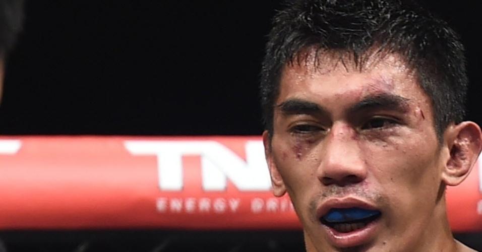 31.mai.2014 - Mark Eddiva tenta se recuperar dos golpes sofridos por Kevin Souza no UFC em São Paulo