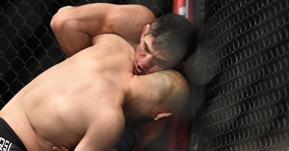 31.mai.2014 - Paulo Thiago Caveira e Gasan Umalatov lutam na grade em São Paulo. No final, vitória de Umalatov nos pontos