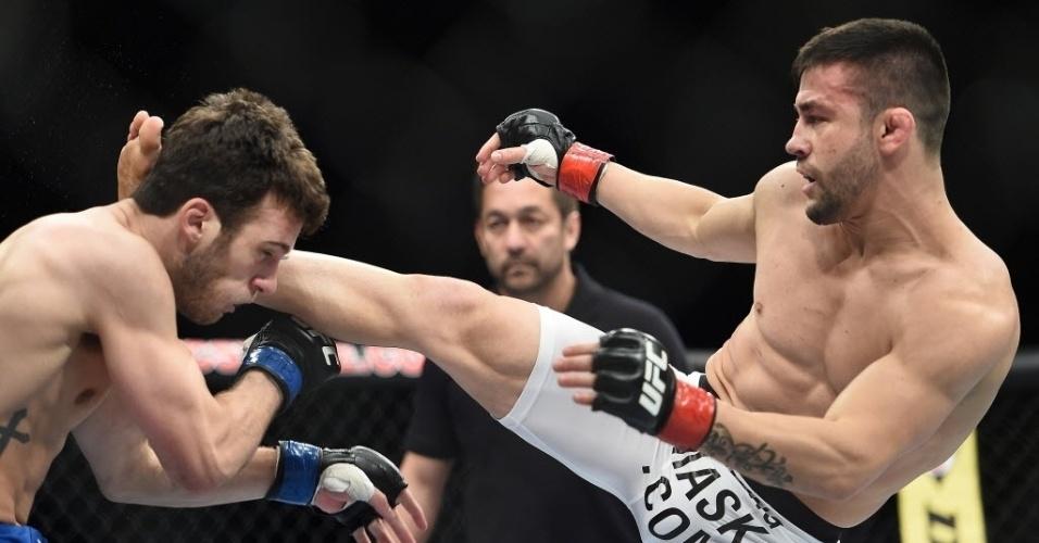 31.mai.2014 - Pedro Munhoz chuta Matt Hobar na primeira luta da noite, que teve vitória do brasileiro por nocaute