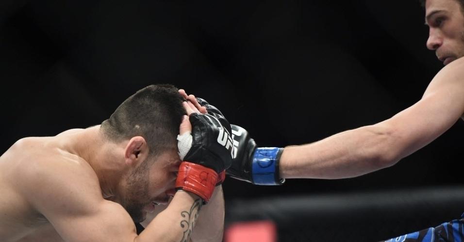 31.mai.2014 - Pedro Munhoz defende golpe de Matt Hobar. O brasileiro venceu por nocaute