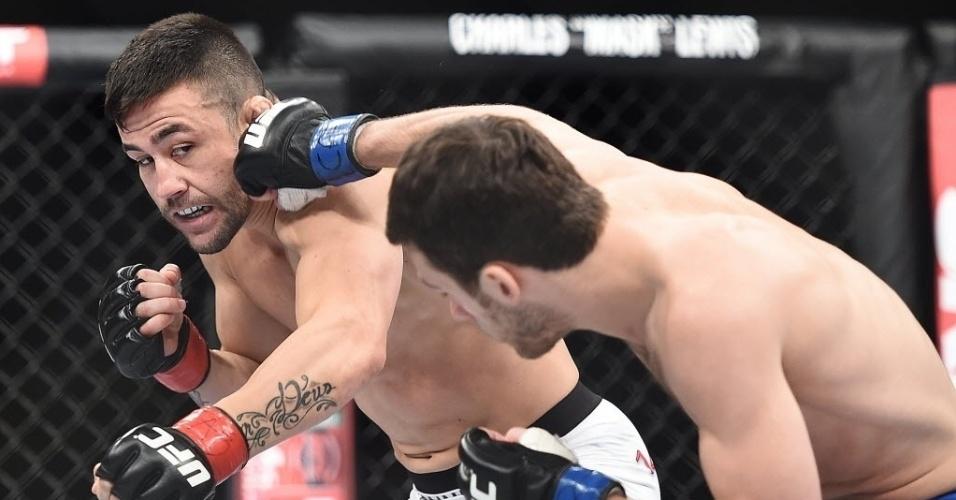 31.mai.2014 - Pedro Munhoz e Matt Hobar fizeram a primeira luta da noite, com vitória de Munhoz (calção branco) por nocaute