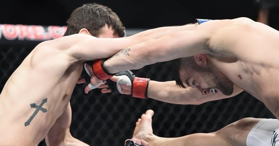 31.mai.2014 - Pedro Munhoz e Matt Hobar trocam golpes na final do TUF. Vitória do brasileiro por nocaute