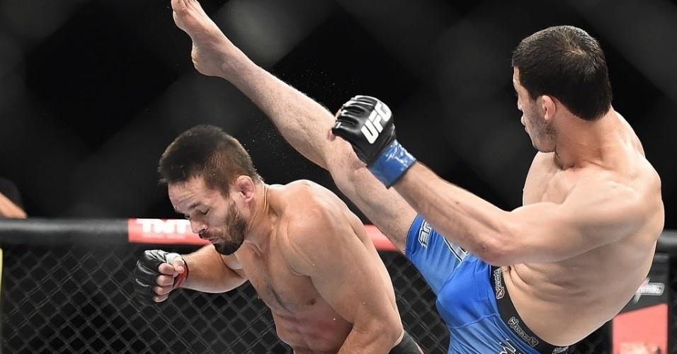 31.mai.2014 - Rashid Magomedov tenta chute em Rodrigo Damm. O russo levou a melhor nos pontos