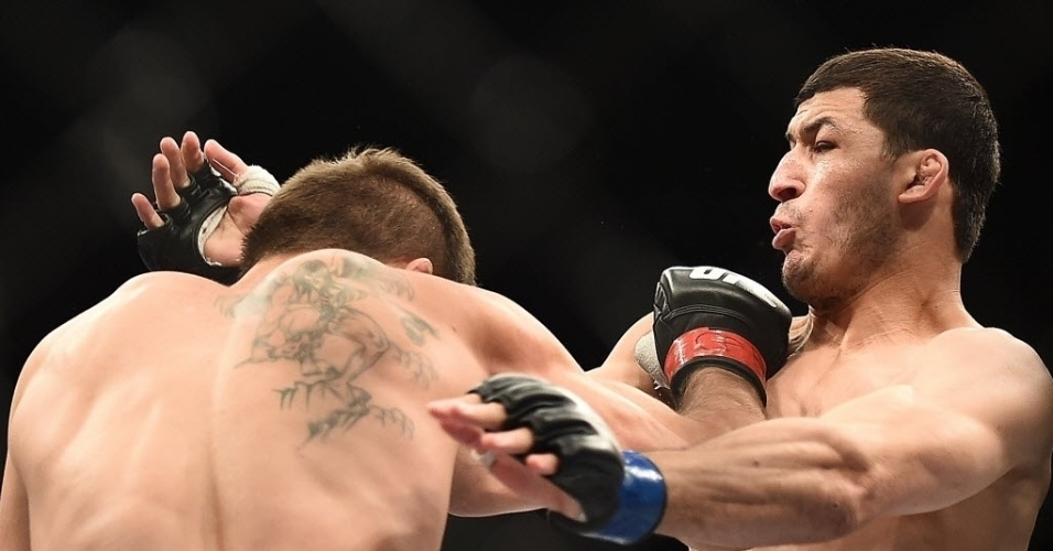31.mai.2014 - Rodrigo Damm e Rashid Magomedov trocam golpes no último combate do card preliminar