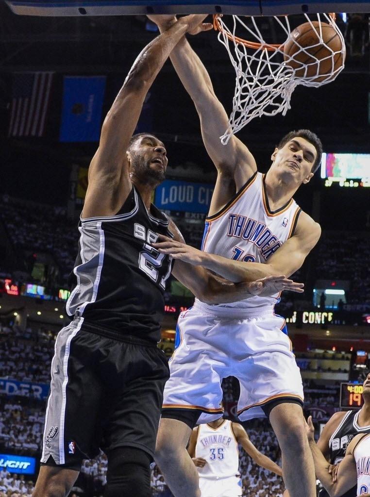 31.mai.2014 - Tim Duncan consegue enterrada para cima de Steve Adams para os Spurs