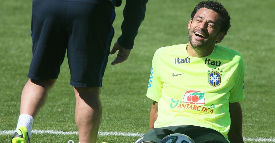 31.mai.2014 - Fred relaxa durante treino da seleção brasileira na Granja Comary