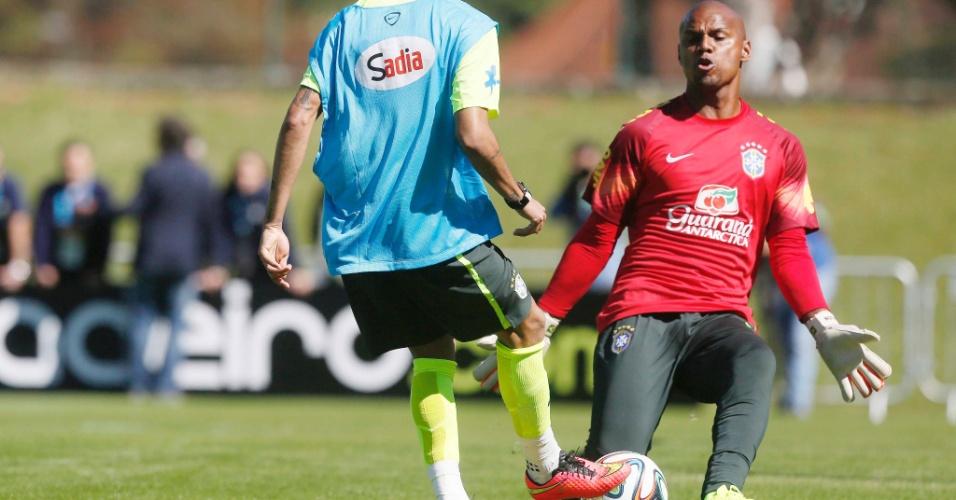 31.mai.2014 - Neymar coloca a bola entre as pernas do goleiro Jefferson
