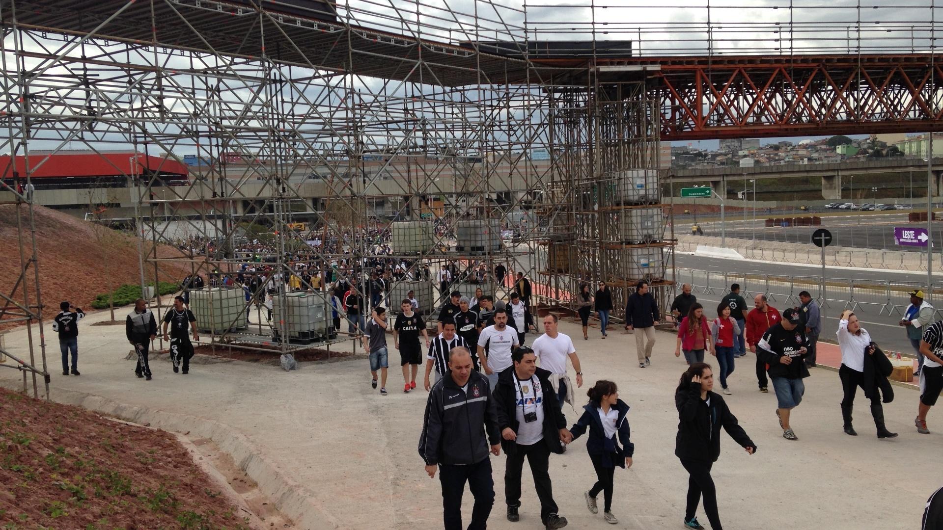 01. jun. 2014 - Obras no entorno do Itaquerão são vistas no meio da chegada da torcida