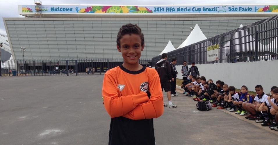 01. jun. 2014 - Pedro Cruz, garoto da escolinha do Corinthians, indo para o Itaquerão