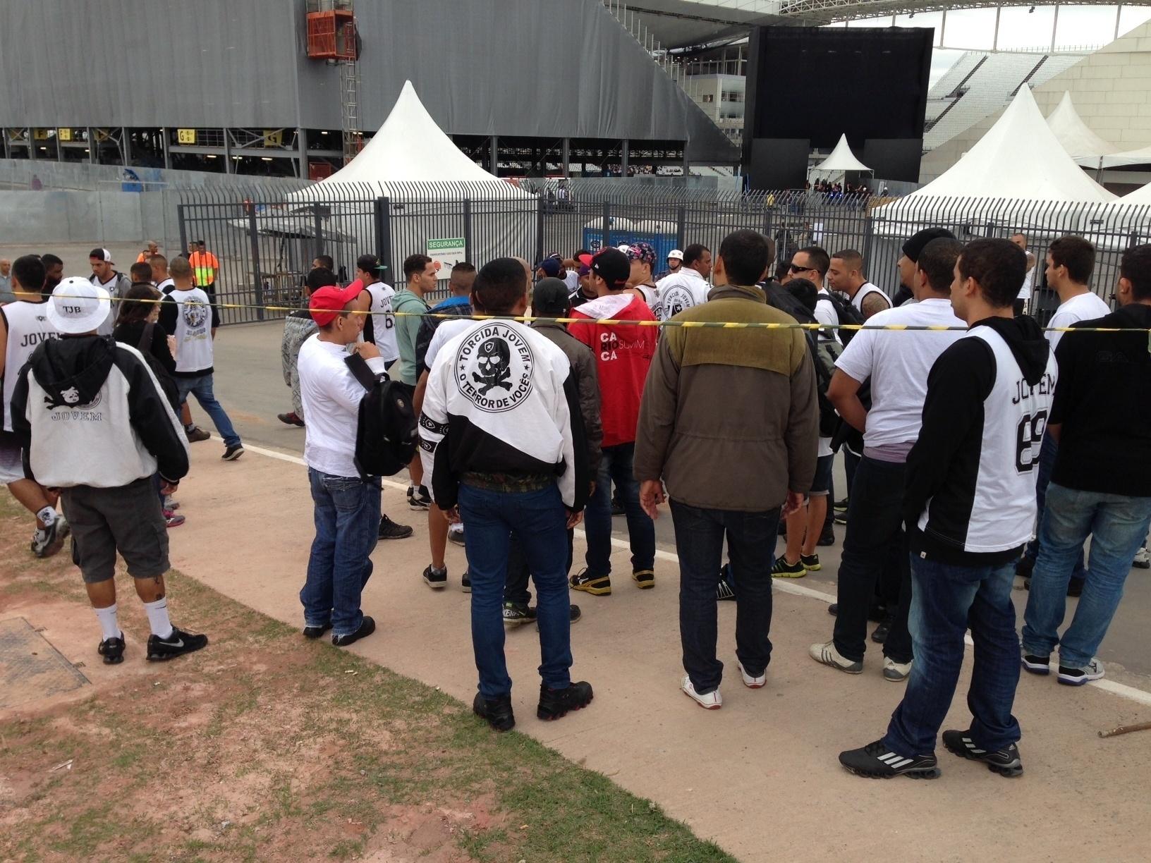 01. jun. 2014 - Torcedores do Botafogo se aglomeram no Itaquerão à espera de ingressos para a partida contra o Corinthians
