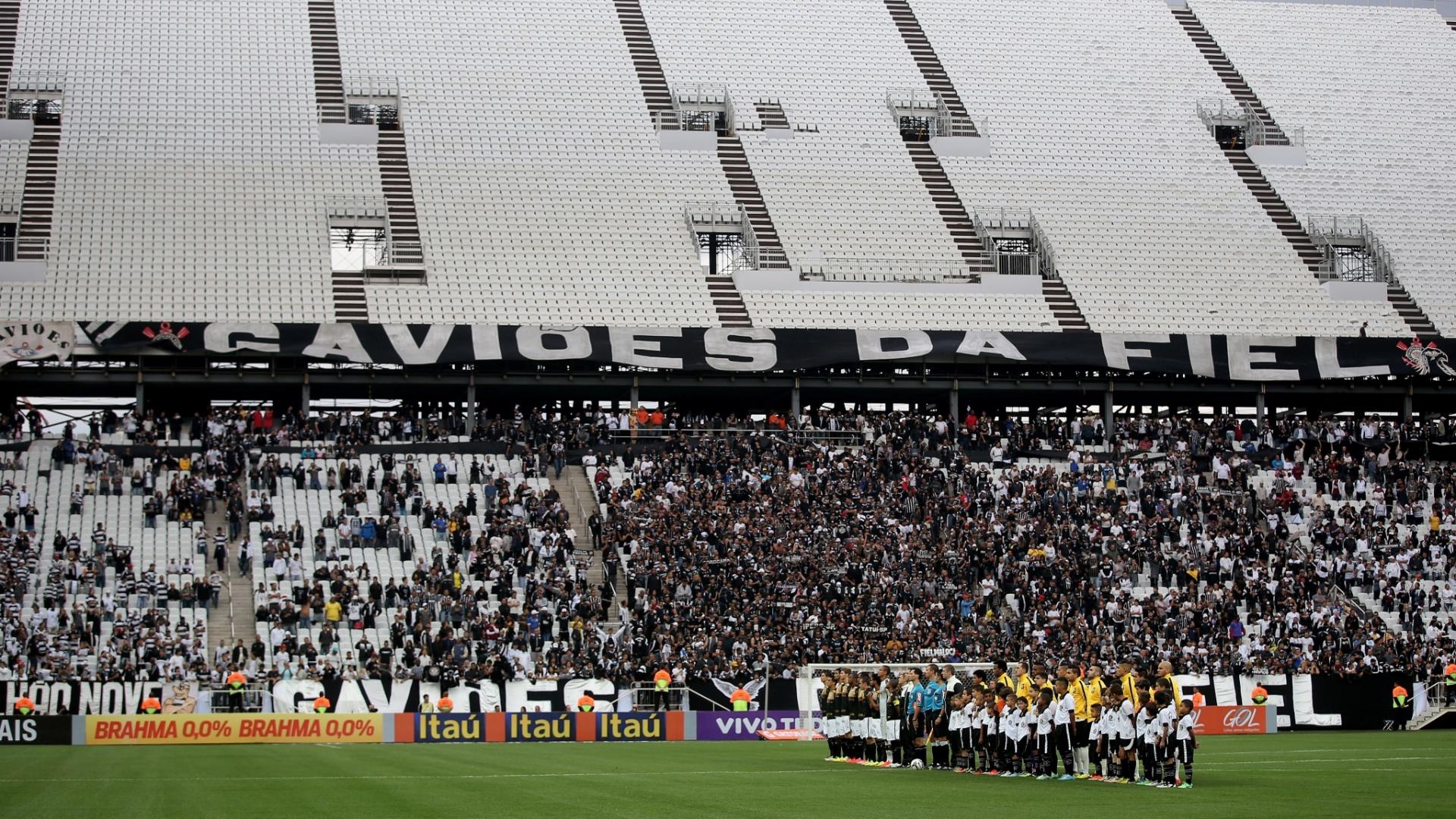 01. jun. 2014 - Torcida do Corinthians em setor inferior do Itaquerão; o superior só abrirá na Copa