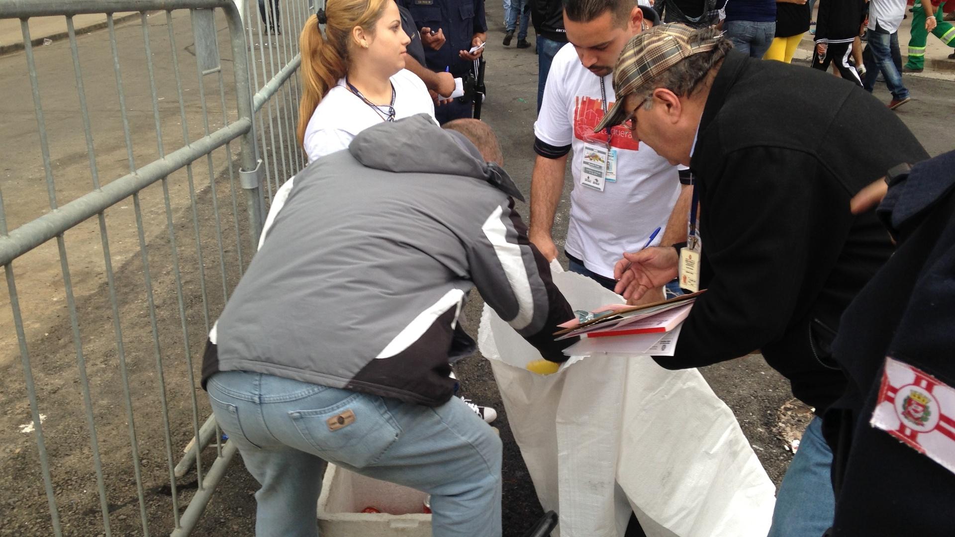 01. jun. 2014 - Vendedores ambulantes no entrono do Itaquerão antes de Corinthians x Botafogo