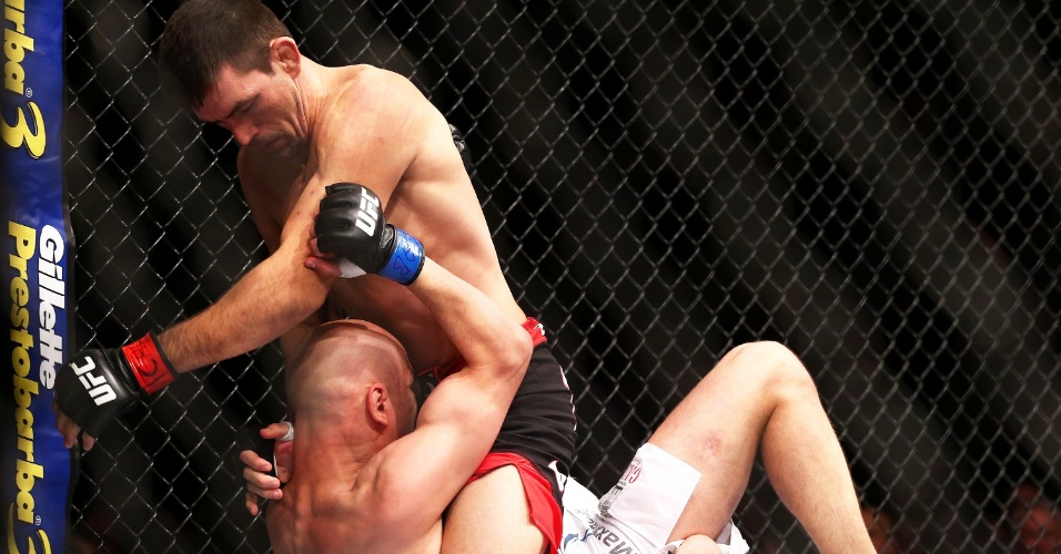 01.jun.2014 - Demian Maia castiga rival russo na vitória por pontos no UFC realizado em São Paulo