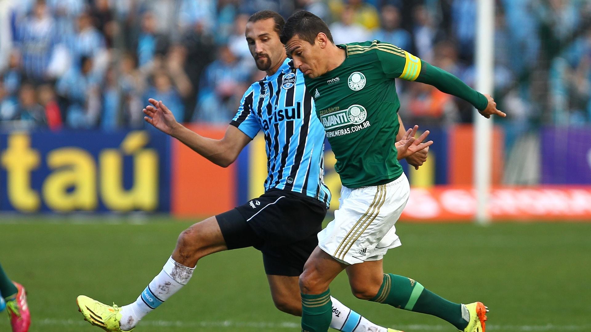 Barcos tenta roubar a bola do zagueiro Lúcio durante partida entre Grêmio e Palmeiras pelo Campeonato Brasileiro