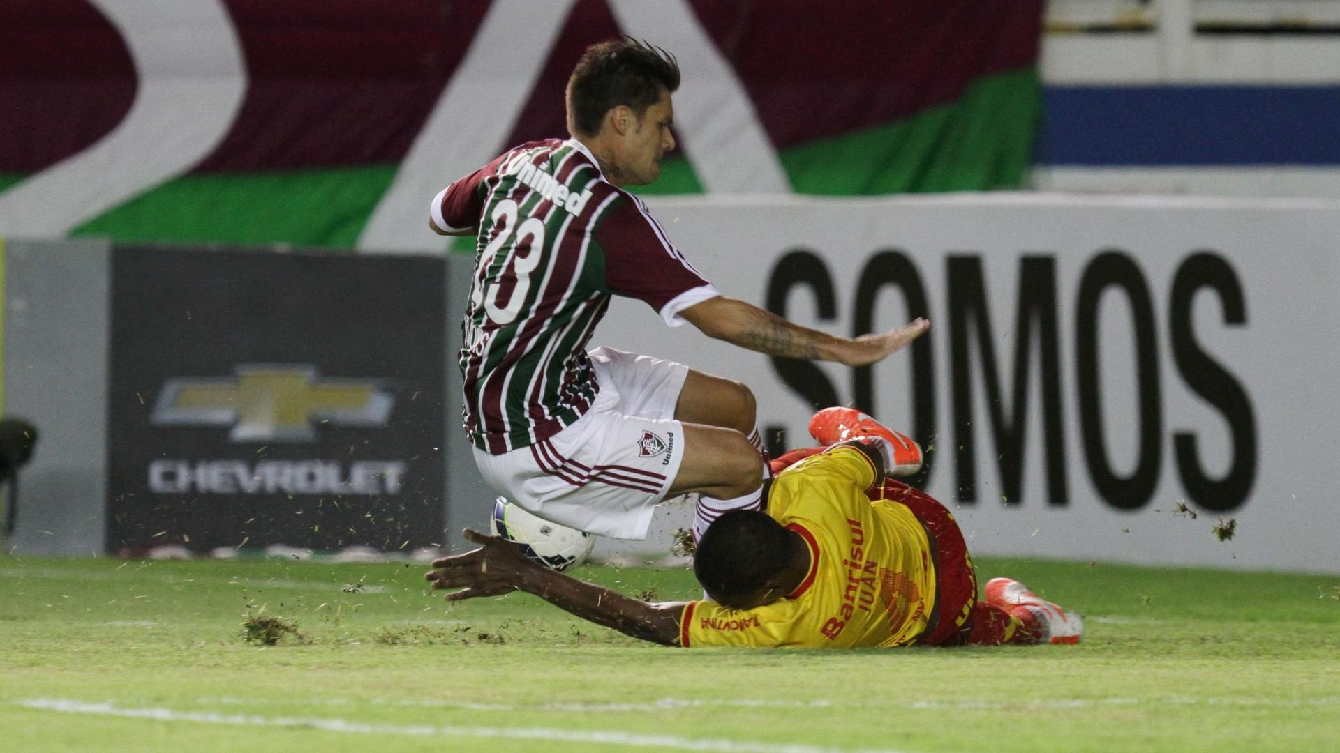 Juan dá carrinho em disputa de bola com Rafael Sóbis