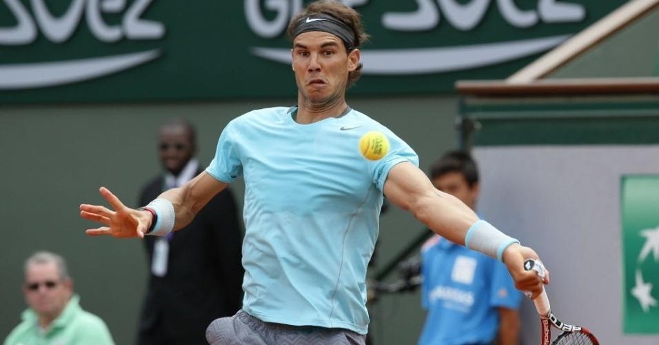 02.jun.2014 - Rafael Nadal golpeia a bola contra Dusan Lajovic em Roland Garros