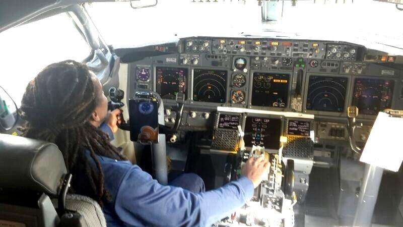 2 jun 2014 - Volante Tinga posta foto no Instagram em uma cabine de avião simulando estar no comando de um voo