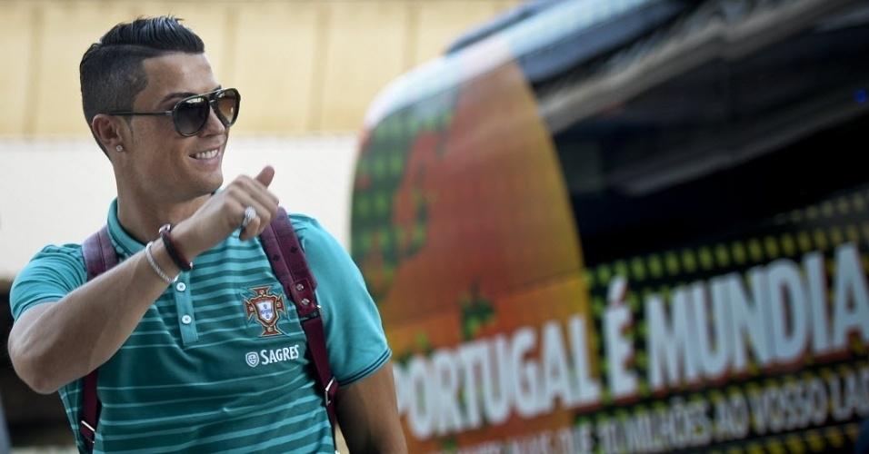 Cristiano Ronaldo acena para torcedores no embarque de Portugal em Lisboa
