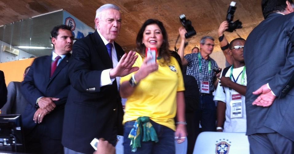 03. junho. 2014 - Marin faz selfie com Roberta Miranda durante partida do Brasil, no Serra Dourada