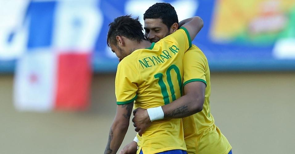 Neymar abraça Hulk após fazer belo passe para o terceiro gol da seleção (03/06/2014)