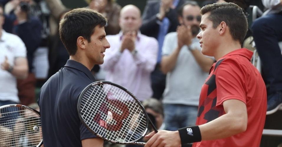 Novak Djokovic e Milos Raonic se cumprimentam após vitória do sérvio por 3 a 0
