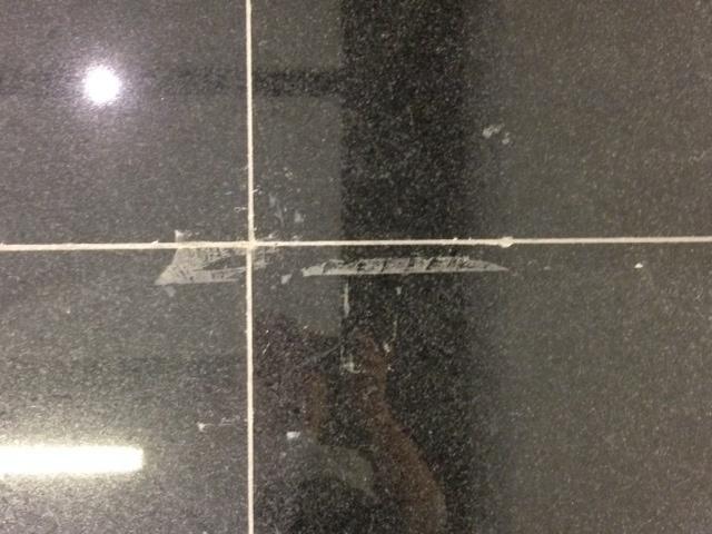 04.06.14 - Marca deixada por adesivo que ficou grudado em mármore do Itaquerão