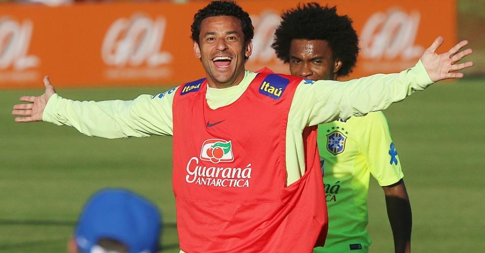 04.jun.2014 - Atacante Fred brinca durante treino da seleção brasileira na Granja Comary
