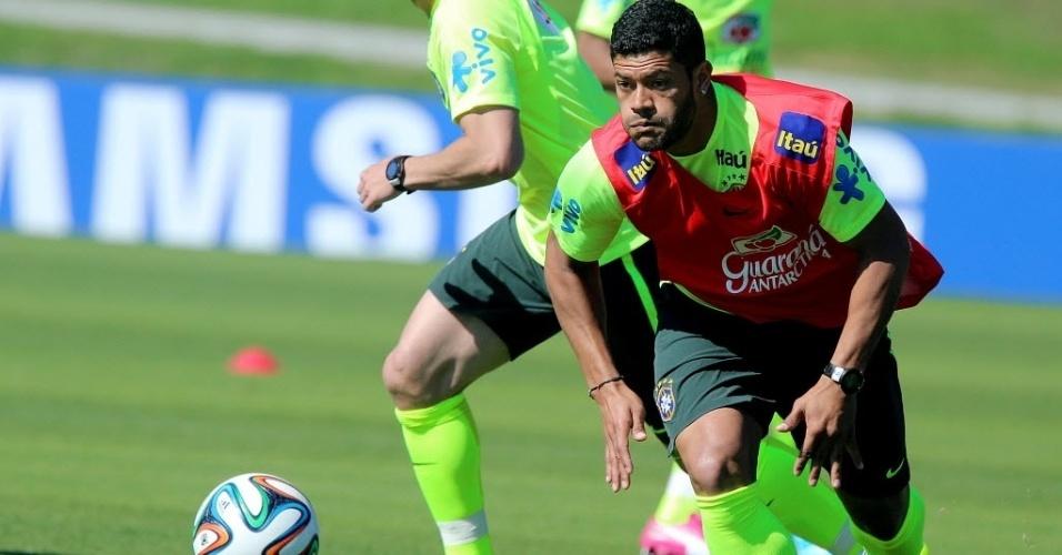 05.jun.2014 - Atacante Hulk corre para dominar a bola durante treino da seleção brasileira nesta quinta-feira (05/06)