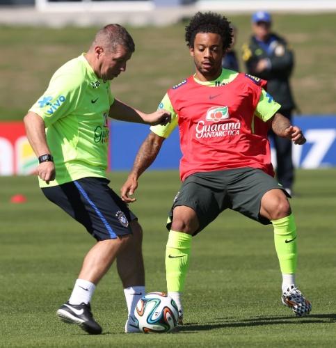05.jun.2014 - Auxiliar Técnico da seleção brasileira dribla lateral Marcelo durante treino da seleção brasileira