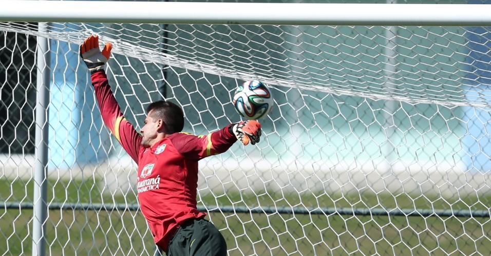 05.jun.2014 - Goleiro Victor leva gol em último treino da seleção brasileira antes do amistoso contra a Sérvia, em São Paulo
