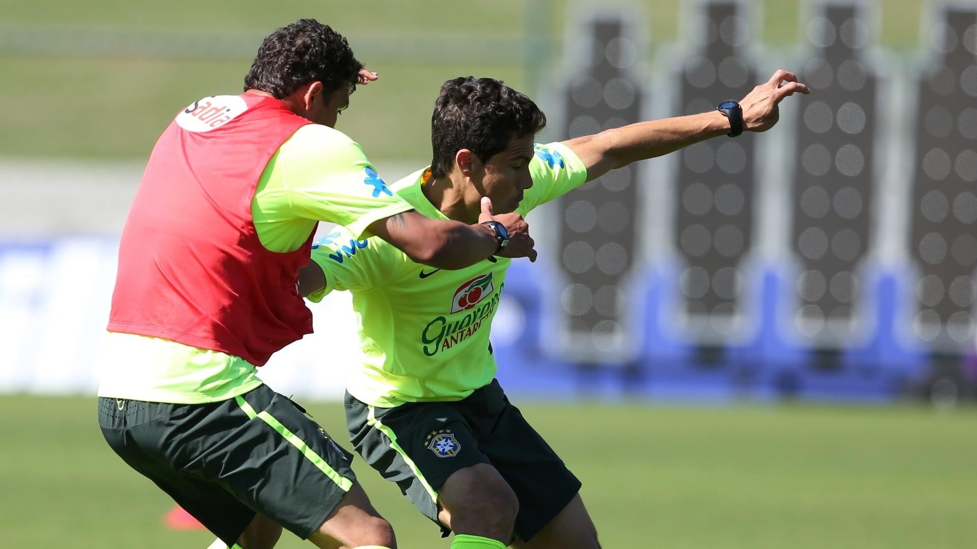 05.jun.2014 - Hernanes tenta o drible durante coletivo no treino da seleção brasileira desta quinta-feira (05/06) na Granja Comary