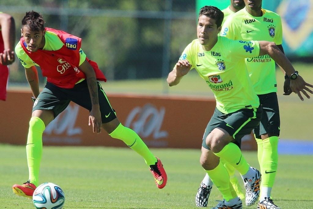 05.jun.2014 - Neymar e Hernanes apostam corrida pela bola durante coletivo no treino da seleção brasileira na Granja Comary, em Teresópolis