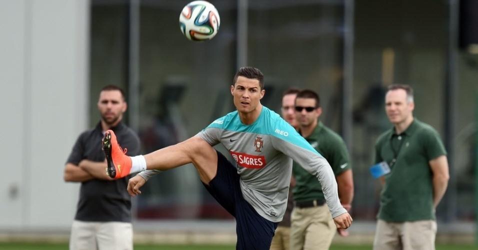 Cristiano Ronaldo treina em separado na concentração de Portugal para a Copa