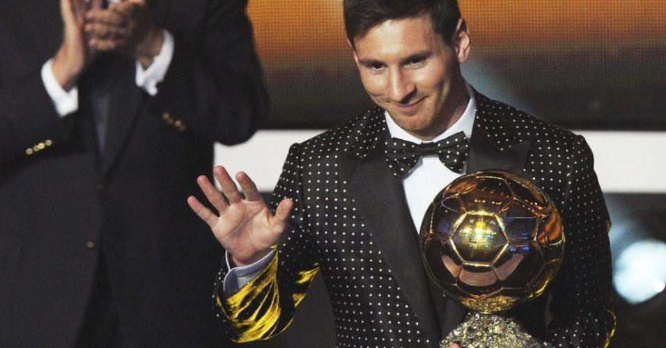 Messi ousa em evento da Fifa: terno com bolinhas brancas e gravata borboleta
