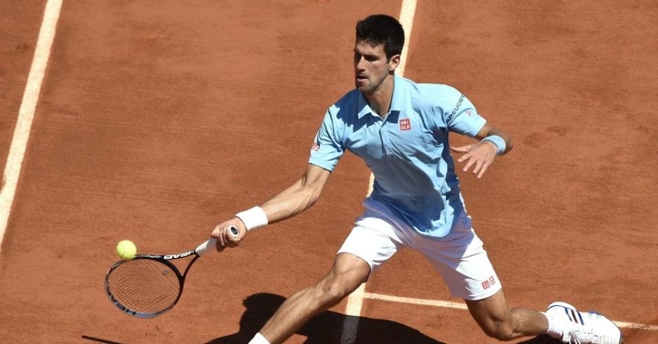 06.jun.2014 - Djokovic devolve bola de Ernests Gulbis durante semifinal de Roland Garros