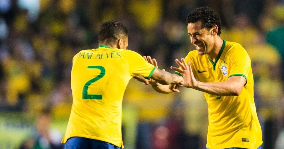 Com Dani Alves, Fred celebra primeiro gol do Brasil, no segundo tempo, contra a Sérvia, em amistoso no Morumbi