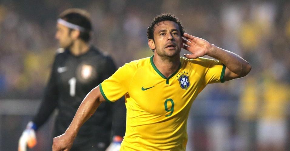 Fred coloca mão esquerda em ouvido após marcar primeiro gol do Brasil em amistoso contra a Sérvia, no Morumbi