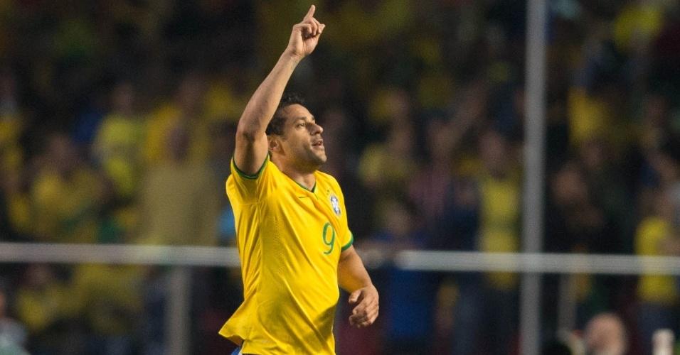 Fred comemora primeiro gol do Brasil, marcado no segundo tempo, contra a Sérvia, em amistoso no Morumbi