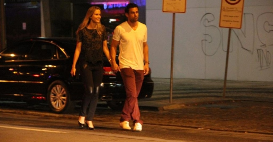 07.jun.2014 - Fred curte folga na seleção brasileira em restaurante com a namorada