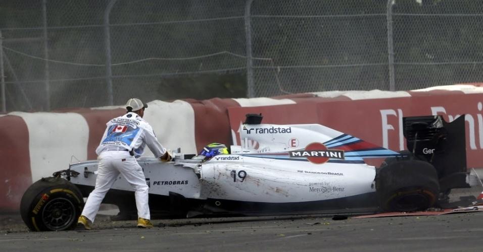 08.jun.2014 - Comissário de pista ajuda Felipe Massa a sair do carro após batida na última volta do GP do Canadá