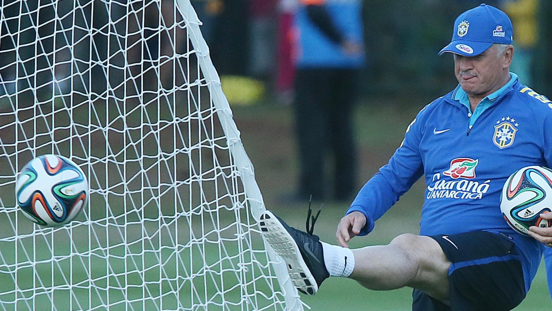 Felipão chuta bola em treino da seleção brasileira na Granja Comary