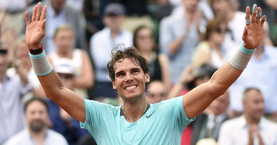 08.jun.2014 - Rafael Nadal acena para a torcida após vencer seu nono título em Roland Garros
