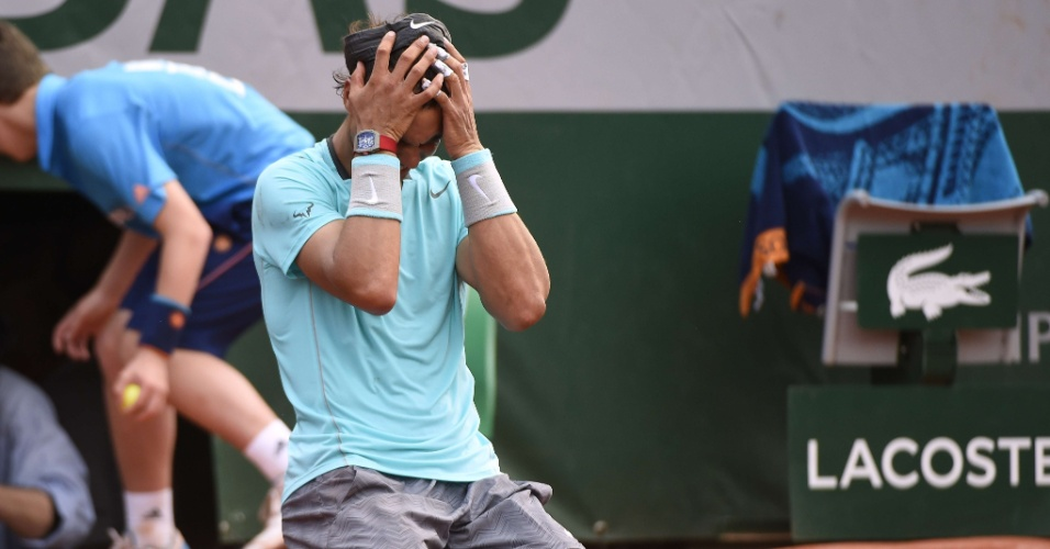 08.jun.2014 - Rafael Nadal leva as mãos à cabeça após bater Djokovic e vencer o título de Roland Garros