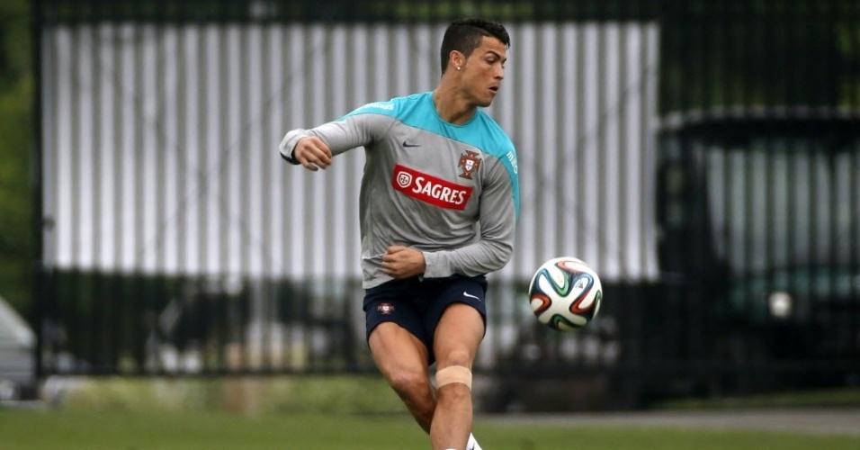 Cristiano Ronaldo treina nos EUA com proteção na perna esquerda junto com a delegação de Portugal