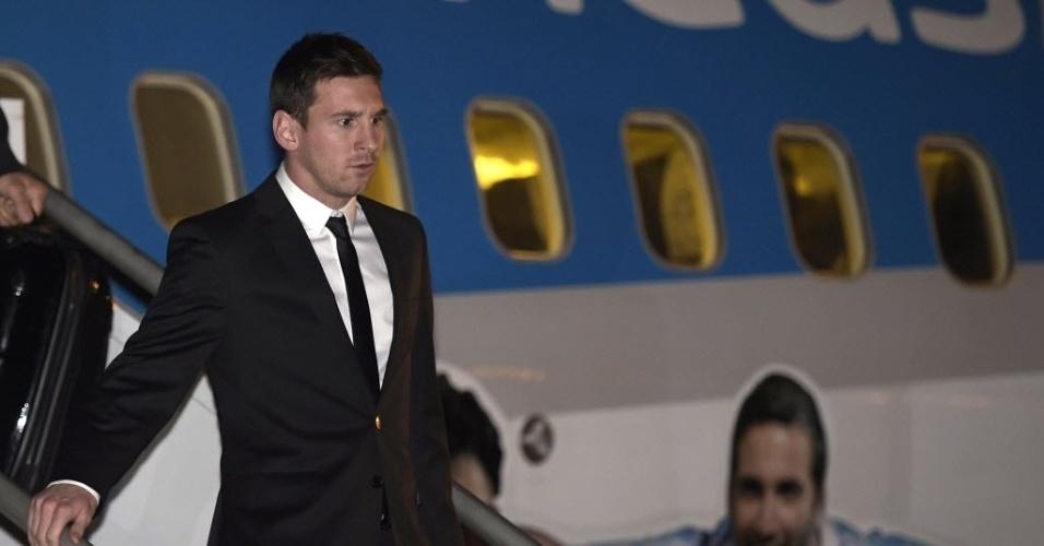 Lionel Messi desembarca no aeroporto de Confins, em Minas Gerais, onde a seleção da argentina vai se preparar para a Copa