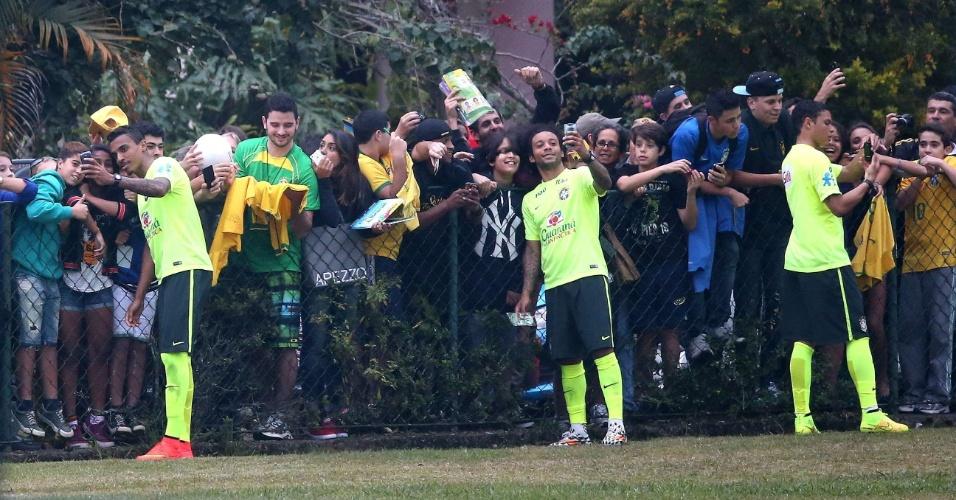Luiz Gustavo, Marcelo e Thiago Silva dão atenção aos torcedores após o treino em Teresópolis
