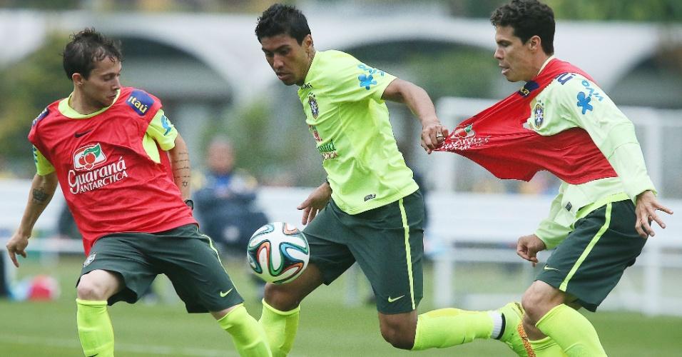 Paulinho puxa a camisa de Hernanes no treinamento da seleção
