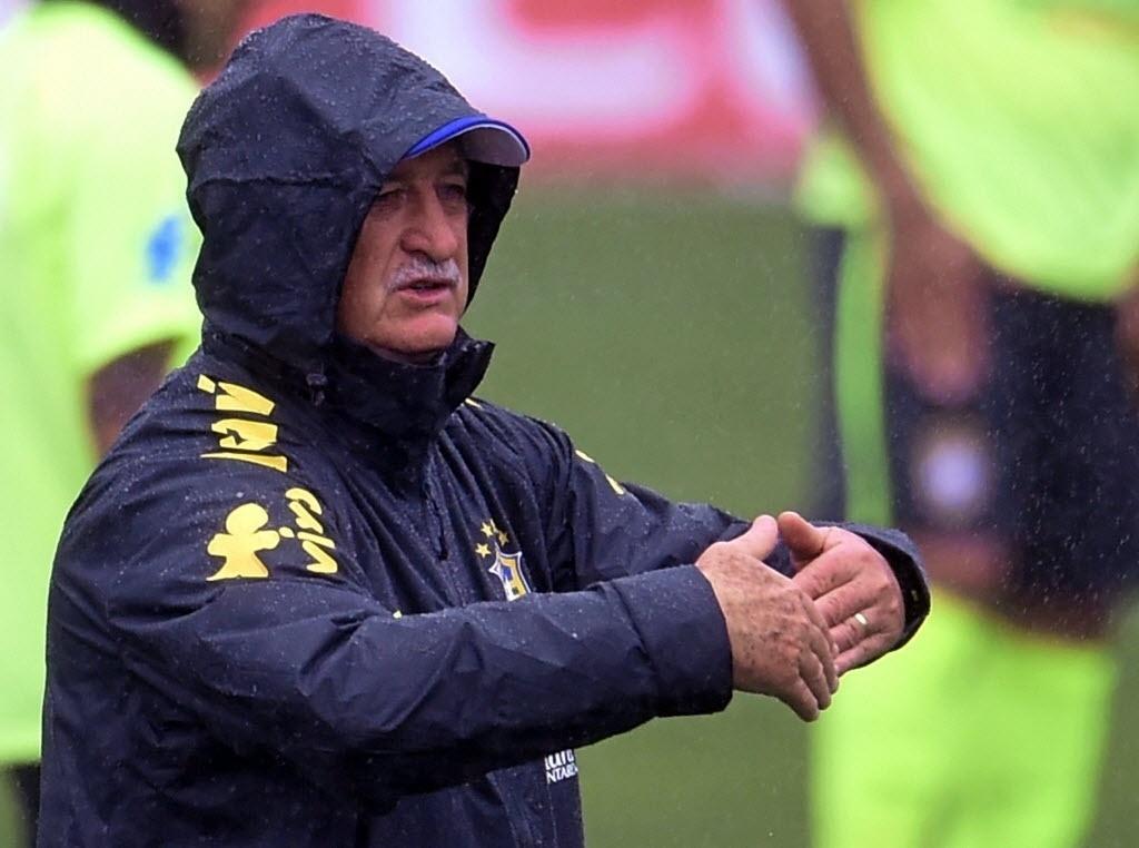10.jun.2014 - Felipão orienta jogadores da seleção brasileira durante treinamento em Teresópolis